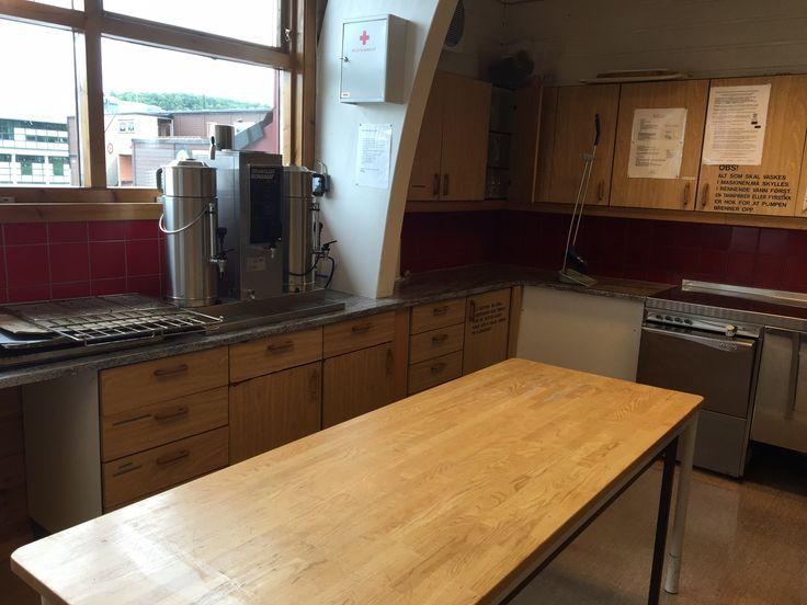 Her er en del av kjøkkenet hvor du ser kaffetrakter og steamer. Et arbeidsbord