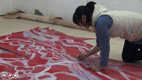 光琳に触発された作品を作る鴻池朋子この4月、日曜美術館は放送開始から40年目の年を迎え、新たなスタートを切る。それを記念して、琳派の名の由来ともなった江戸時代の巨人・尾形光琳の特集を、60分の拡大版でお届けする。  光琳の代表作といえば、「燕子花図屏風(かきつばたずびょうぶ)」と「紅白梅図屏風」。ともに国宝であり、日本美術史上、最高傑作と呼ばれるにふさわしい名品だ。そのふたつが、没後300年のことし、実に56年ぶりに、同時に展示されることとなった。今回の番組では、現代に生きるアーティストたちが、ふたつの国宝と向き合い、みずからの創作を通して、今なお圧倒的な輝きを放つ光琳の魅力を解き明かして行く。…