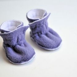 Warm and snuggly baby booties that won't fall off baby's feet. A simple design and easy to make with a free pattern.
