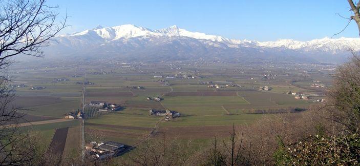 Vista delle Alpi dalla vetta della rocca [Apre una nuova finestra]