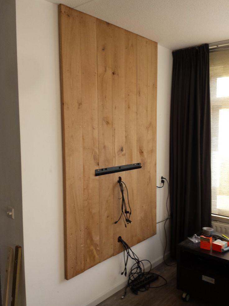 Wegwerken kabels tegen de muur.