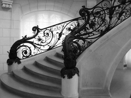 My house WILL have one or two formal stairs just like this, and at least one narrow, tight winding stair in the back for informal use - like, for the servants and children. :^P