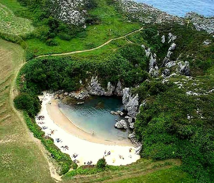 Playa Gulpiyuri (la más pequeña del mundo) En Llanes Asturias