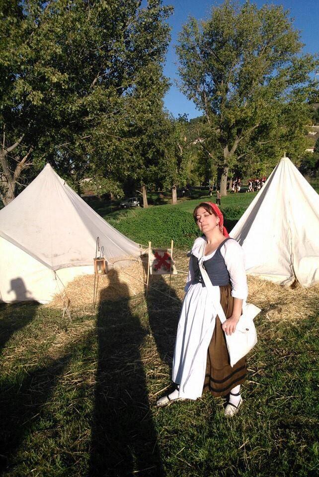 Mi traje de popular completo con el justillo. En el campamento napoleónico en Cabezón de Pisuerga.