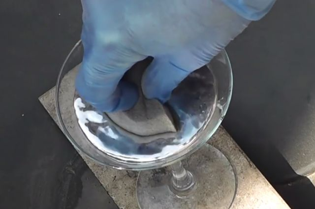 Watch What Happens If You Try To Soak Up Mercury With A Sponge | IFLScience