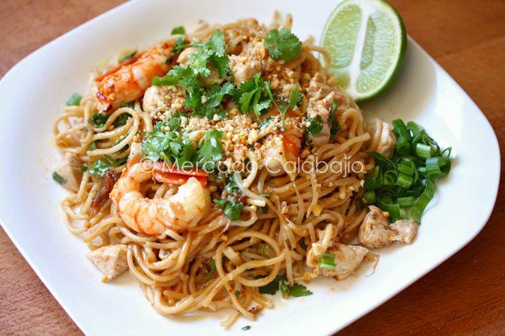 Fideos Pad thai. Hablar del pad thai  o phad thai es hablar de uno de los platos más típicos de una gastronomía exquisita llena de sabores, colores, textura...