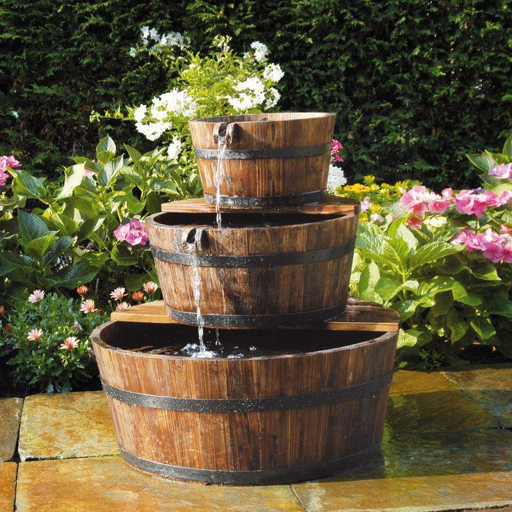 "Wasserspiel ""Barrel"":  Holzfässer als pittoresker Kaskadenbrunnen"