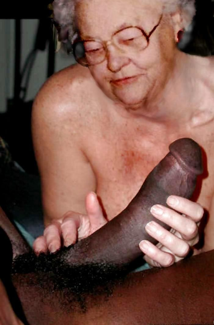 Haida mature old woman doing smash pussy by a big dick