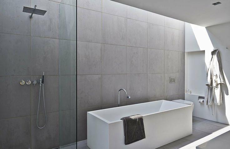 Interiør er fra Kitchen and More, fliserne fra serien Grey på 60 x 60 cm er fra hollandske Royal Mosa. Armatur i både bryggers, badeværelser og køkken er fra Vola