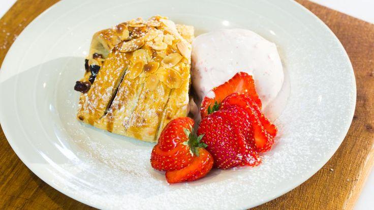 Appel- en mangostrudel met aardbeienroomijs | VTM Koken
