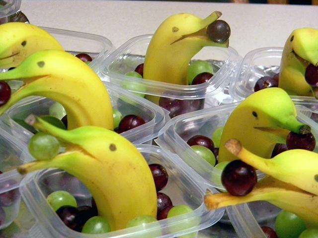 Comida para niños: postre divertido, plátanos como si fueran delfines en un mar de uvas. ¡¡Más rápido y fácil imposible!!