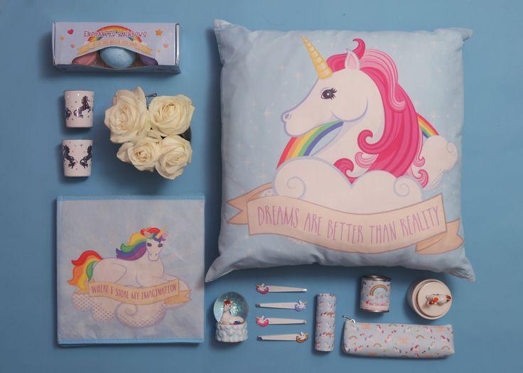 Artículos variados de colección Unirnos y Arco Iris. Estuche, lápices de color, pinzas, velas y portavelas, bombas de baño, cajas y cojines. #unicornio #rosa #arco #iris #arcoiris