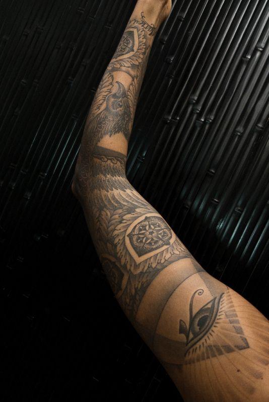 Plumes tatouées sur un bras #tatouage #plumes #oiseau #bras #tatoo #feathers #arm #bird