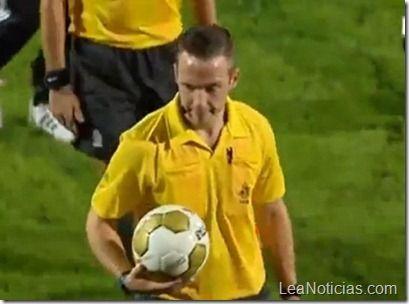 (Video) Aficionado atropella a un árbitro de fútbol - http://www.leanoticias.com/2011/08/23/video-aficionado-atropella-a-un-rbitro-de-ftbol/
