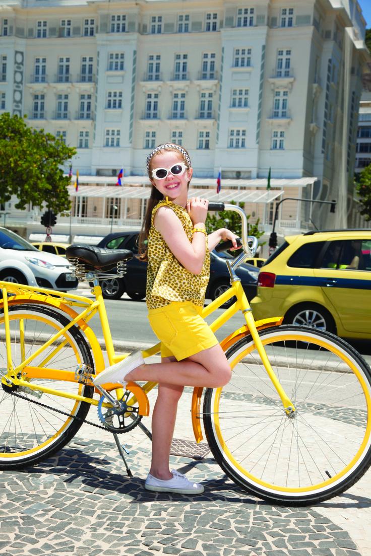 Tonos soleados de amarillo carioca siempre le van bien a las niñas, transmiten alegría, aventura y mucha energía. Aquí nuestro recomendado del día.