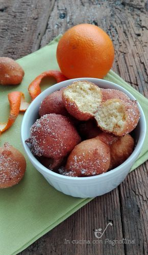 Frittelle all'arancia semplici e veloci da preparare con succo e scorza, frittelle di carnevale al gusto di arancia, soffici e golose.