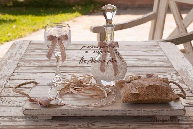 Πρωτότυπο σετ γάμου,ταιριαστό με πολλά σχέδια στεφάνων. Μπορείτε να επιλέξετε από διαφορετικές εικόνες το δίσκο-καράφα-ποτήρι και να φτιάξετε το δικό σας σετ (άλλωστε γιαυτό πωλούνται και χωριστά). Πωλούνται και χωριστά.Δίσκος ξύλινος πατίνα 45€ ,καράφα κρύσταλλο Βοημίας 45€, ποτήρι κρυστάλλινο 20€. Αν θέλετε μπορείτε να επιλέξετε και το μαξιλαράκι για τις βέρες σε τιμή 15€ (θα τα βρείτε στις εικόνες 35-48). Στην τιμή συμπεριλαμβάνεται ΦΠΑ 23%.
