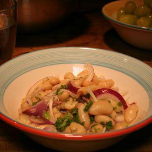 Piyaz ist ein türkischer Salat aus weißen Bohnen. Er schmeckt sehr gut als Beilage oder auch als Snack zwischendurch.