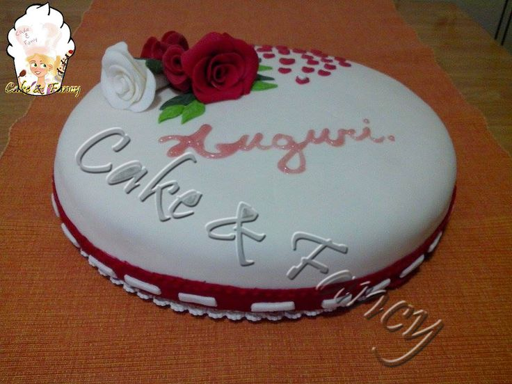 Torta con rose in pasta di zucchero