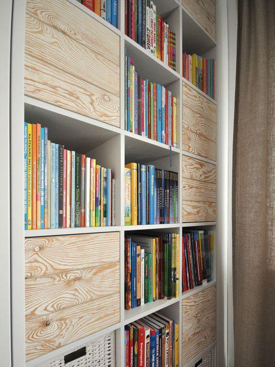 Regał na książki, czytelnia, pokój do czytania, pokój do hobby. Zobacz więcej na: https://www.homify.pl/katalogi-inspiracji/23892/7-niezbednych-elementow-studenckiego-mieszkania
