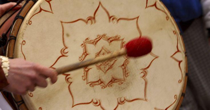 """Como fazer uma baqueta de madeira. Fazer uma baqueta de madeira é um bom projeto se não tiver muita experiência com trabalhos em madeira e pode ser um presente divertido para seus filhos. Esta baqueta terá o desenho clássico daquelas que costumam ser encontradas nos brinquedos do tipo """"pequeno baterista"""", com uma pequena bola na ponta da haste. Você pode fazer uma dessas baquetas ..."""