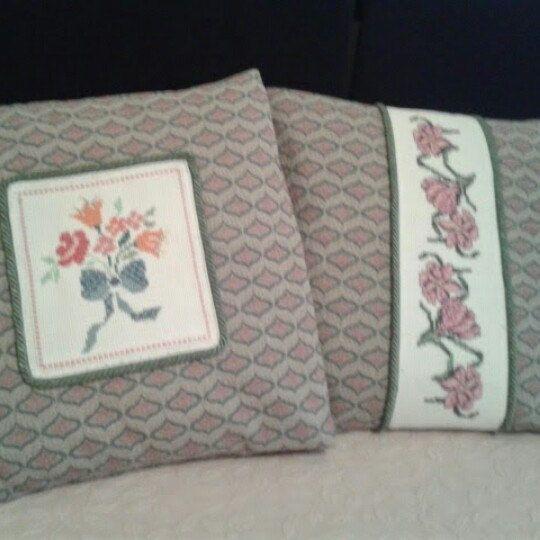 Coppia cuscini decorativi per divano, poltrona, letto, in tessuto damascato sui toni del l'azzurro acqua e rosa con applicazione in tela aida bianca con ricamo a punto croce.