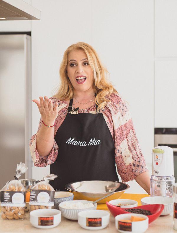 Λένε ότι δεν υπάρχει μεγαλύτερη ευτυχία από το να κάνεις επάγγελμα αυτό που αγαπάς. Λίγα λεπτά με την Εύα Παρακεντάκη, τη γλυκιά food blogger - παρουσιάστρια που λατρεύει την κουζίνα και την... Κρήτη, θα σας πείσουν ότι είναι αλήθεια! Άσε που και άγνωστοι τόποι να είναι για εσάς, το πάθος με το οποίο μιλάει η Εύα και για τα δύο θα σας κάνουν να τα αγαπήσετε κι εσείς.