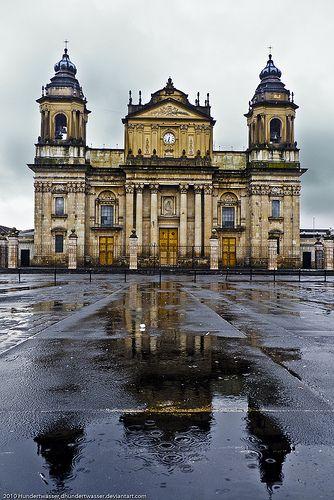 Ciudad de Guatemala, La catedral (Iglesia catolica) - De noche es un bello lugar para fumarse un porro