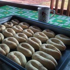 Biscoito de Queijo super fácil (sem segredo) Hummmmmmm biscoito de queijo (sem segredo) Eu amo biscoito de queijo, pão de queijo... sou uma quase mineira uai sô!!! E hoje resolvi postar essa receitinha bem fácil que é uma belezura... enquanto digito estou salivando......ahahahaahaha Ingredientes: 04 xícaras de polvilho (eu usei o doce, ele é bem fino - Matuto) 03 xícaras de queijo ralado 01 xícara de leite 01 xícara de óleo (usei banha de porco) 01 pitada de sal 01 ovo Como fazer: Escal...