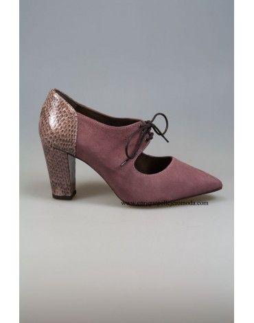 Zapatos de la marca Daniela color rosa combinados con print de serpiente en talón y tacón. Zapatos de ante con cierre de cordones y tacón de 7 cm. Coquetos y cómodos zapatos, no te quedes sin ellos. Cómpralos antes de que se agoten con envío y devolución gratis en nuestra tienda online.