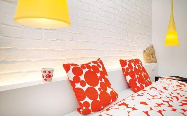 Wnętrze dnia - Sypialnia i ściana z cegieł - Urzadzamy.pl