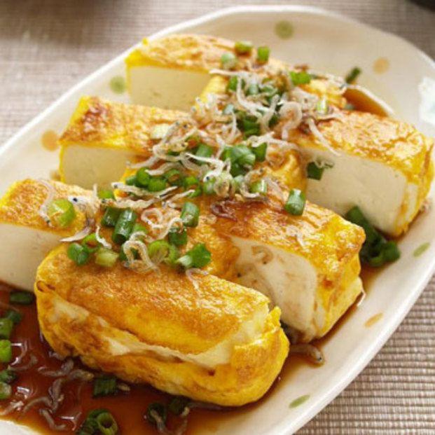 木綿豆腐はキッチンペーパーに包んでレンジに3分かけて水切り。ごま油を熱した卵焼き器に、卵を流し入れ、豆腐をのせて厚焼き玉子を作る要領で転がしていくだけ!小葱とちりめんじゃこを散らし、醤油をかけて完成!
