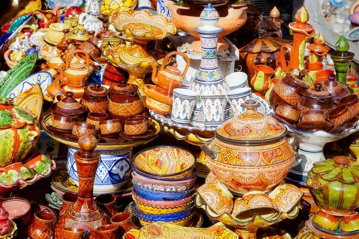 Maroc - Poteries sur un souk