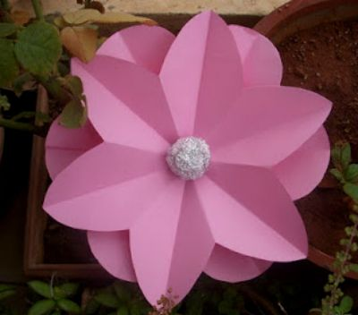 5 Центральную часть цветка можно сделать из алюминиевой фольги, сформированной в шарик.