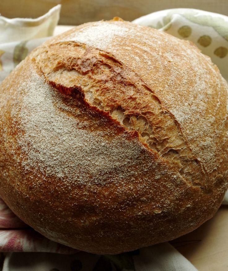 Отличный вариант повседневного полезного хлеба, с довольно большим процентом цельнозерновой муки. В этом хлебе слились воедино лучшие хлебные качества: пышный, но совершенно некрошащийся мякиш, тонкая хрустящая корка, густой хлебный аромат и характерный грубоватый вкус цельнозернового хлеба на закваске.