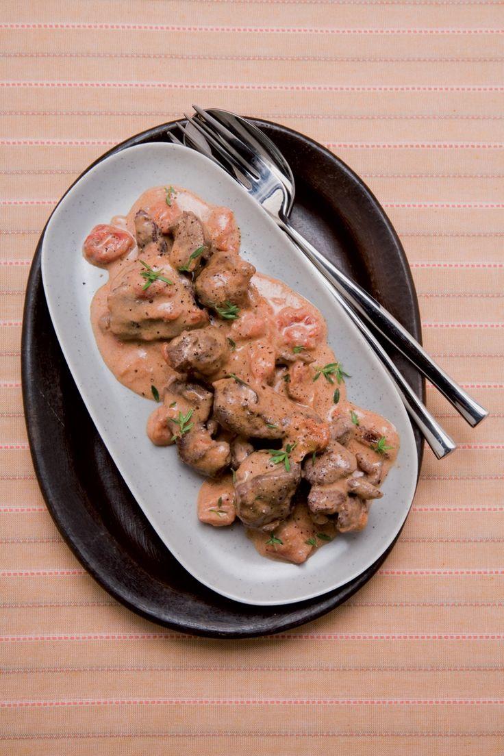 Preparate la marinata: tritate il prezzemolo con gli spicchi d'aglio, tagliate a pezzetti carota e sedano, ad anelli sottili la cipolla. Mettete la...