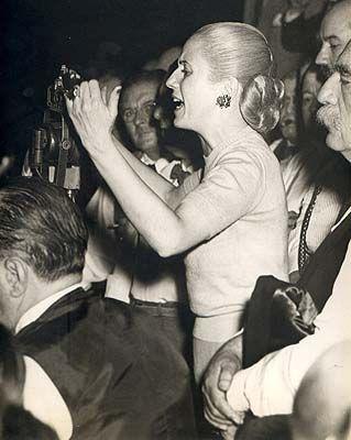 Entrevistas com defuntos históricos | Eva Perón: a ex-primeira-dama argentina faz discurso mesmo em uma simples conversa