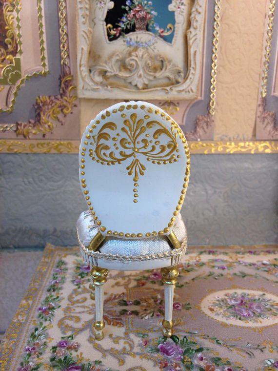 Silla policromada. Tapiceria pintada a mano con motivos florales.