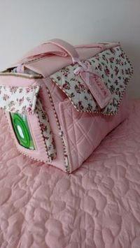 Bolsa/mala maternidade para levar tudo o que seu bebê precisa em uma só bolsa, como roupas, cobertor, com trocador de fraldas, bolso para lenços umedecidos, bolsos para pomadas, shampoo, algodão, fraldas, etc... <br> <br>Nas cores de sua preferência <br> <br>Exclusivo e Personalizado <br> <br>Prazo de entrega LEIA A POLÍTICA DA LOJA