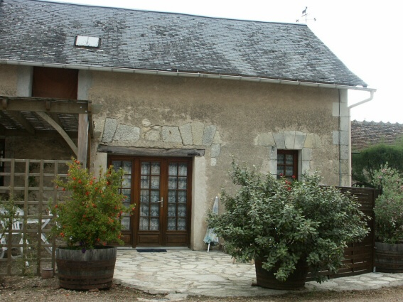 la Drageonniere : in the outbuilding of a farm productig goat's cheese. Near Roche-Posay (Balneology, golf, casino) and ponds of Brenne. Located in the South Touraine, wooded, hilly landscape, countryside charm, the small villages to be discovered. (For 4 people)