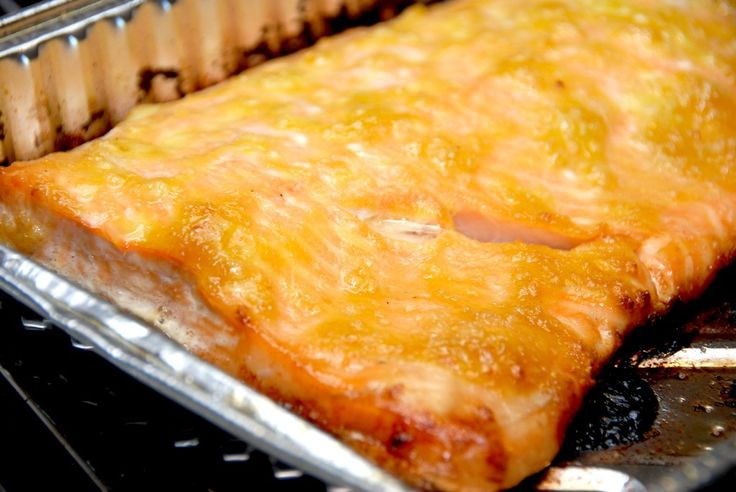 Sådan laver du en hel lakseside i enten grill eller ovn! En lakseside skal tilberedes i 20 minutter, og her er den stegt med hvidløg og honning. En hel lakseside er lækker mad, der er meget nem at …