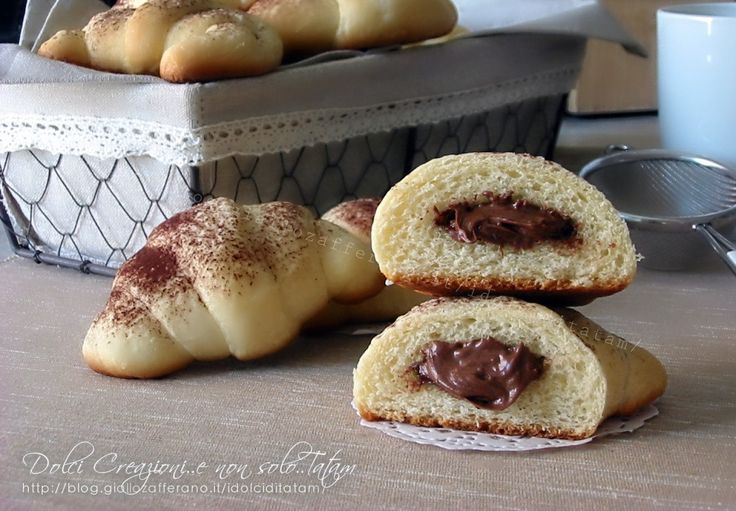 I Cornetti morbidi alla nutella sono dei golosissimi dolcetti che si preparano velocemente e senza troppa fatica. Ottimi per iniziare la giornata al meglio