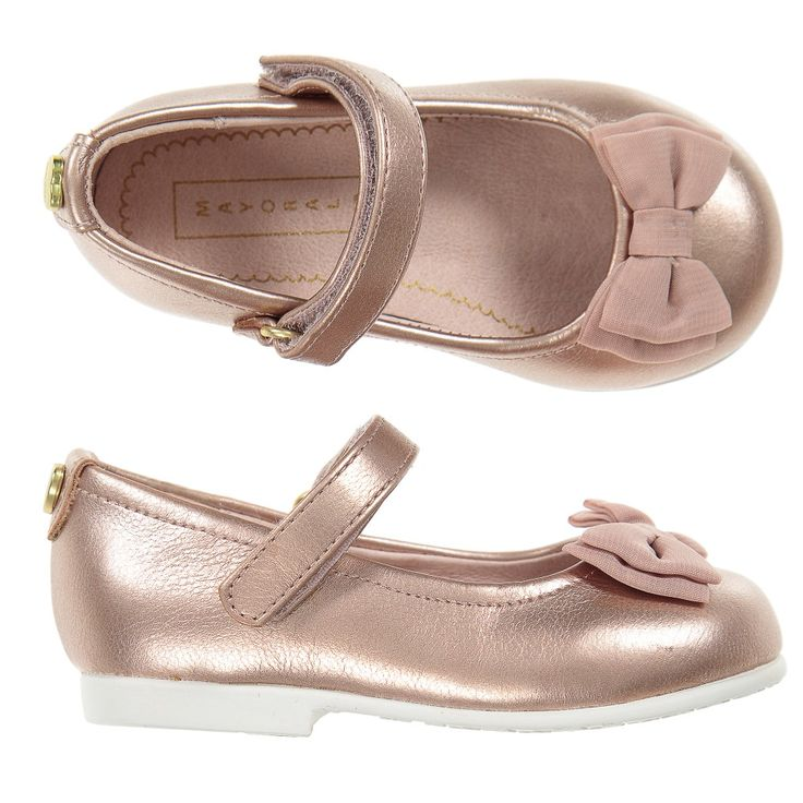 Girls sweet pump shoes by Mayoral, made in a metallic pink synthetic leather. They have a cute organza bow on the front, leather inner sole and a textured rubber outer sole. They have an adjustable bar strap which fastens with velcro and a sweet logo heart-shaped charm on the back.