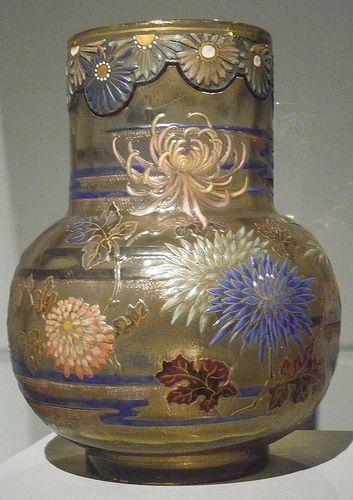 Chrysantèmes. Extraordinaire vase Emile Gallé (1846-1904). Musée des arts décoratifs. Budapest.