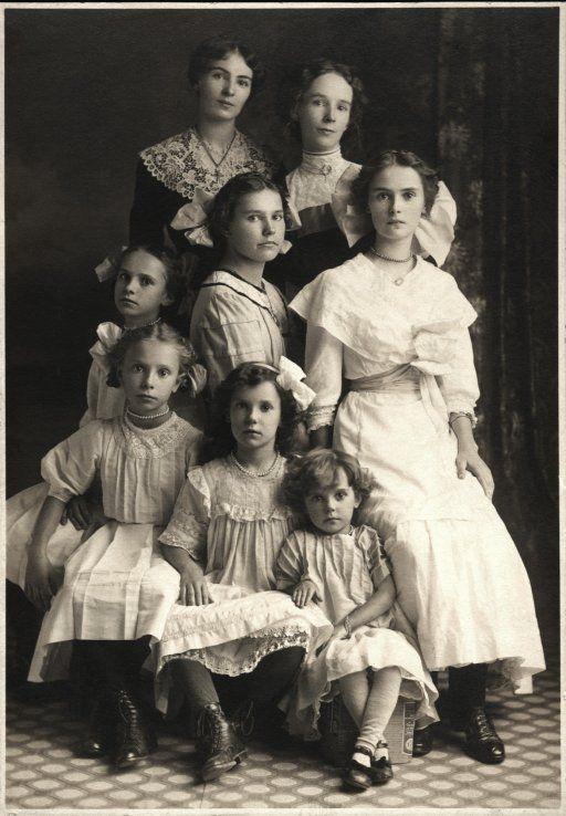 Eight Beautiful Sisters - Les soeurs Gaudreau de Stanbridge East, QC, 1912.