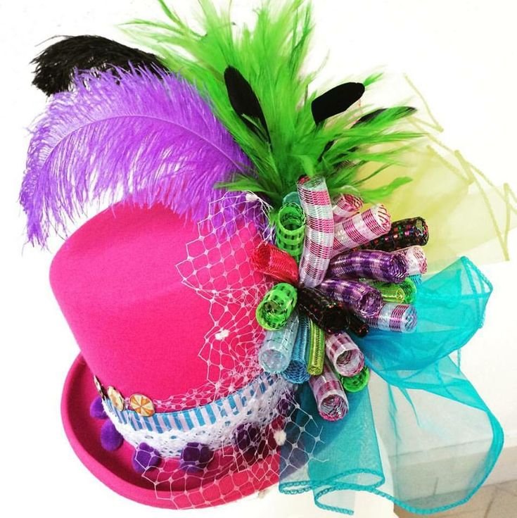 Multicolour woolfelt tophat circus style. With lace, mini pompons, feathers and mini bows on the back. It's like candy!