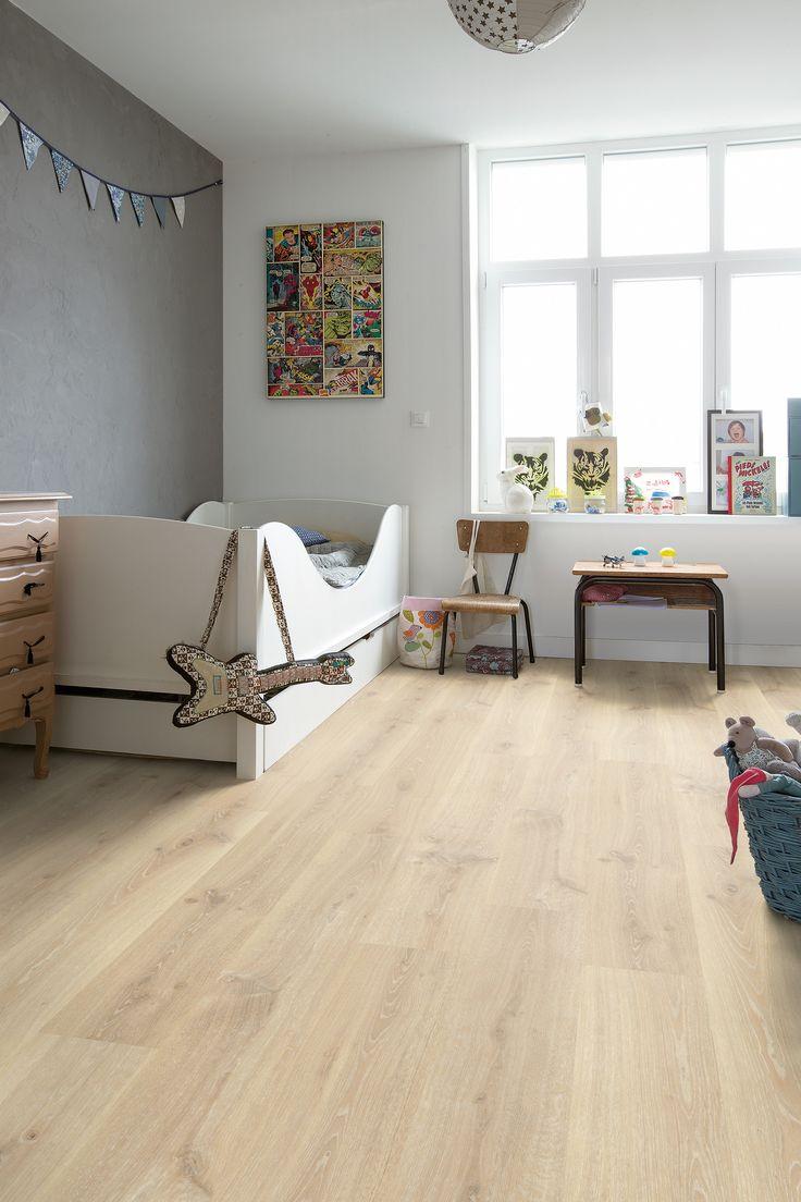 Hermosa #Habitación #infantil decorada con elementos en color blanco, gris y madera. #Suelo #Laminado de Roble Claro Tennessee #QuickStep