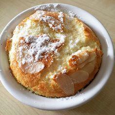 Ingrédients : 50g de sucre 4 oeufs + 1 blanc 1 pincée de sel 100g d'amandes émondées 200g de lait 10g de Maïzena 25g de beurre 6 carrés de chocolat noir