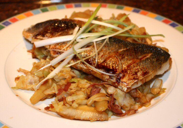 Gebakken vis met Aziatische kool, venkel en bacon
