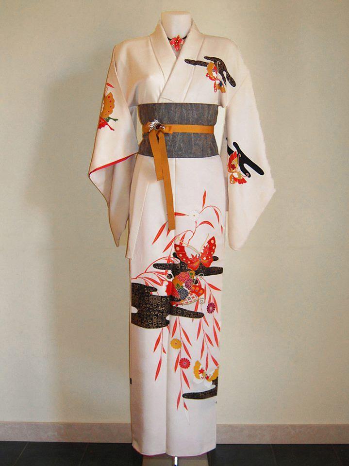 Kimono d'epoca color avorio in seta damascata con pregiato motivo di fiori e farfalle dipinto a mano e ricamato + cintura obi artigianale PEZZO UNICO - 100% SETA